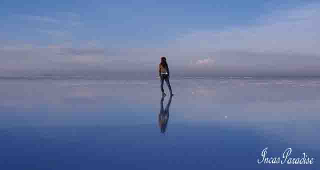 REFLECTION EN EL SALAR DE UYUNI - BOLIVIA