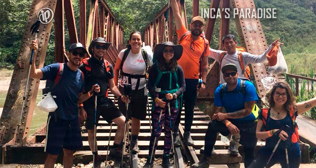TREKKING POR EL PUENTE COLGANTE EN EL TOUR INCA JUNGLE TRAIL CUSCO