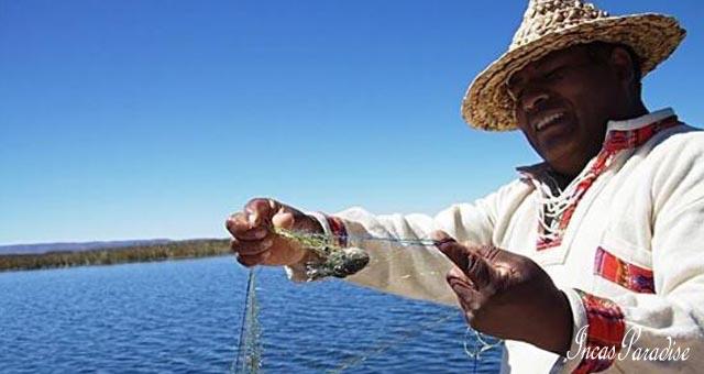 pescando en lago titicaca